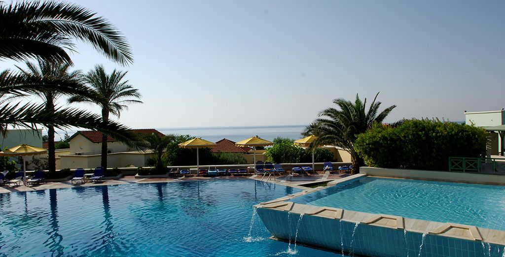Plongez votre regard dans le bleu de la piscine et de la mer...