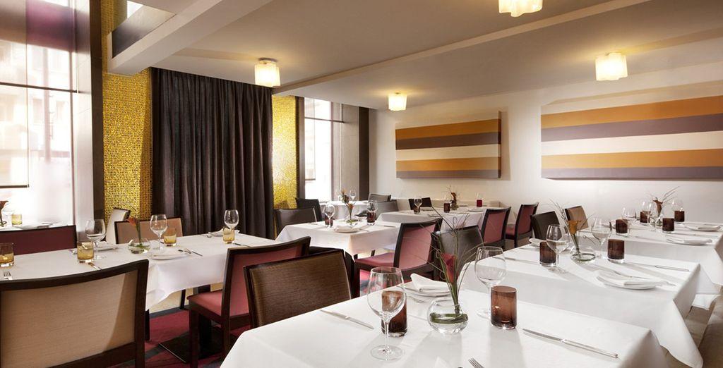 Prenez place au restaurant de l'hôtel...