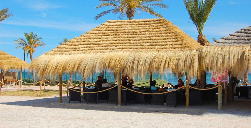 En sirotant un cocktail sur la plage...