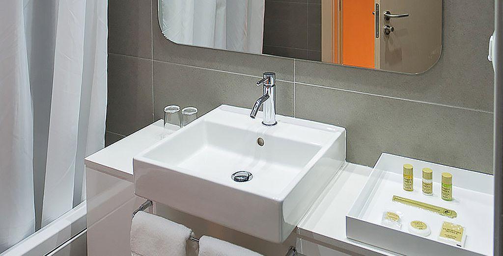 Accompagnée d'une salle de bain moderne et parfaitement équipée