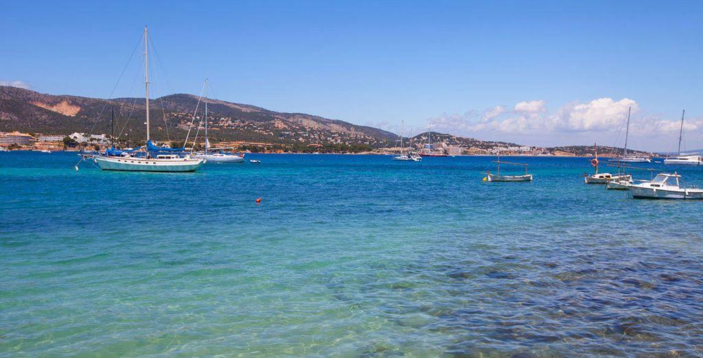 Prenez place dans un décor alliant sable blanc et eaux turquoise