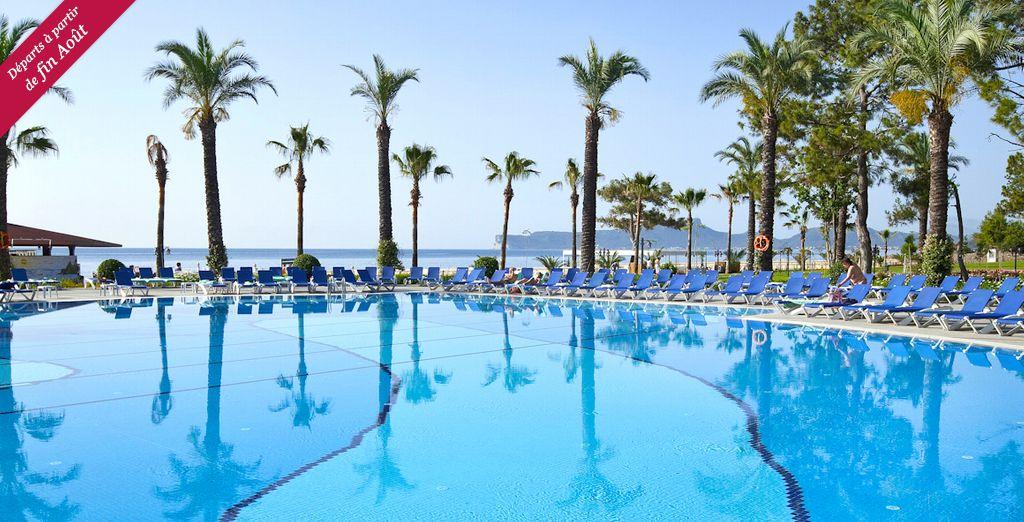 Venez faire quelques brasses dans l'une des piscines de ce superbe hôtel...