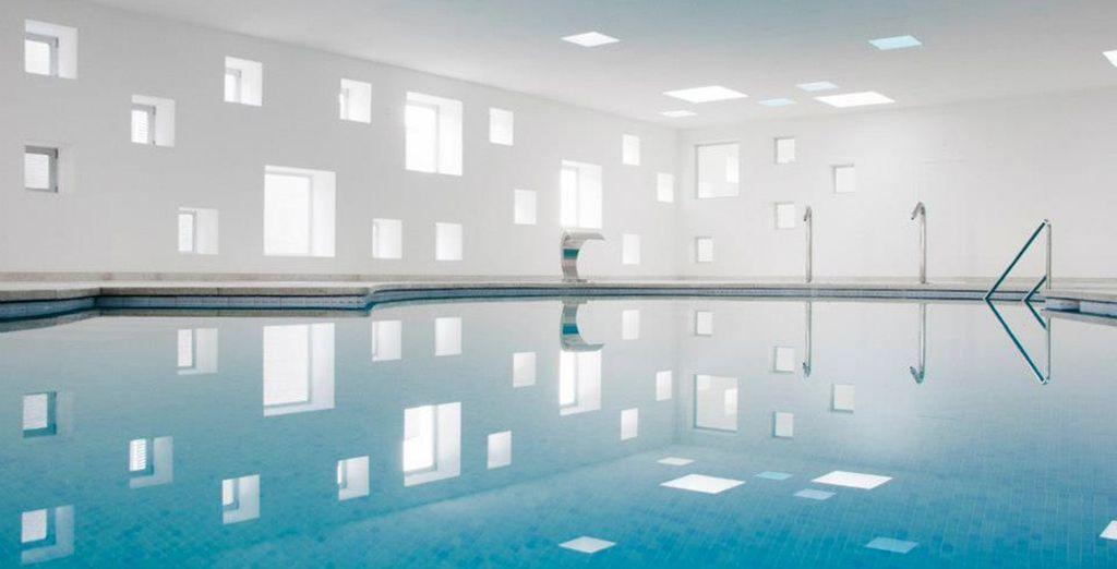 En barbotant dans les eaux calmes de la piscine intérieure