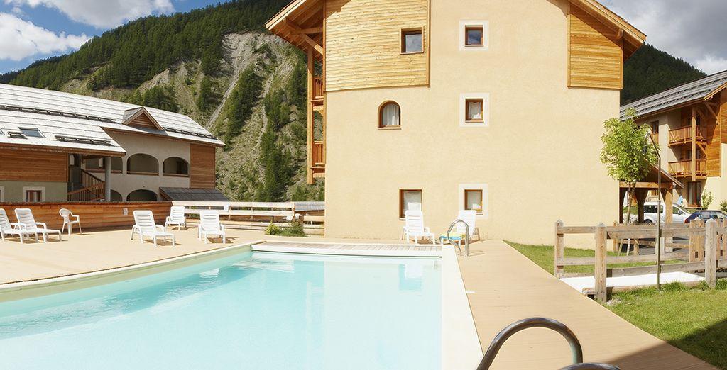La ravissante piscine de l'hôtel vous tendra les bras !