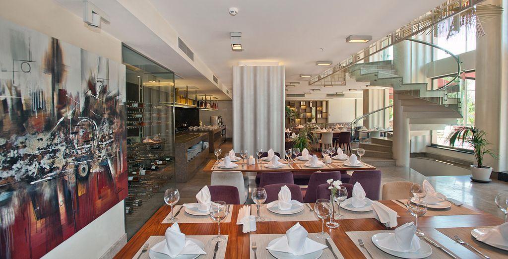 En soirée, prenez la direction du restaurant, à la décoration moderne