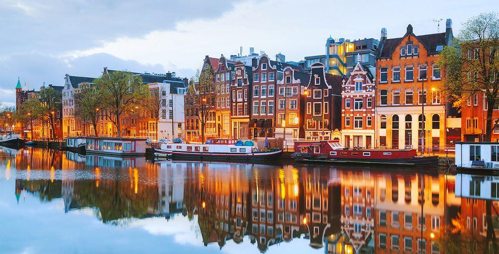 Vue sur les canaux et péniches d'Amsterdam. Voyage tout inclus