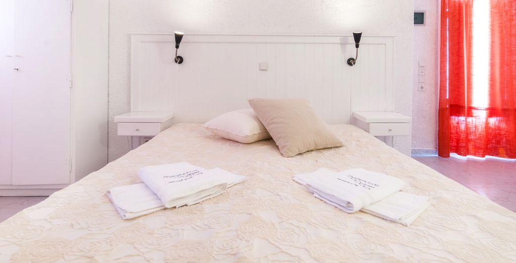 Succombez à la décoration douce et moderne de votre chambre Supérieure avec vue sur la Caldera