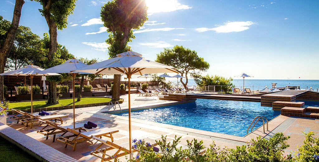 Profitez de la magnifique piscine avec vue sur la mer