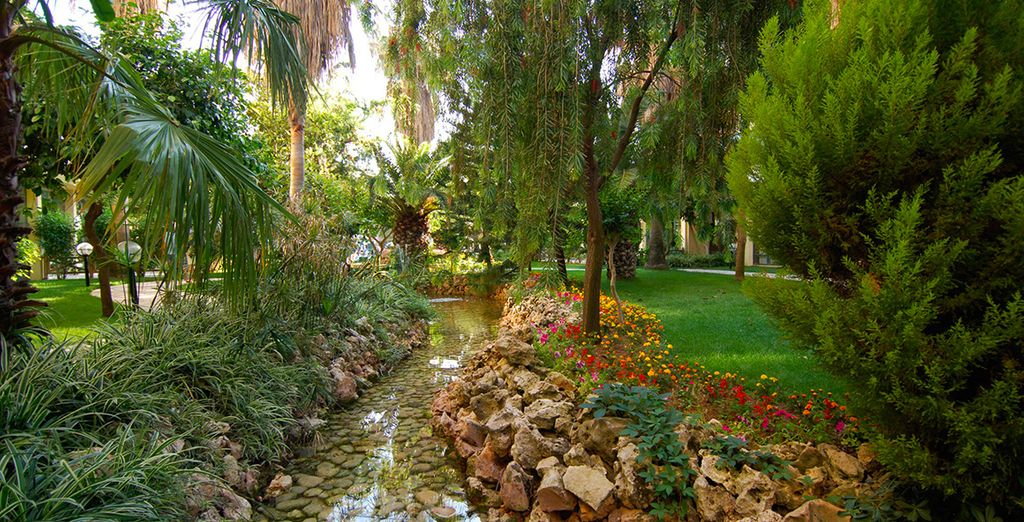 Entouré de jardins luxuriants...