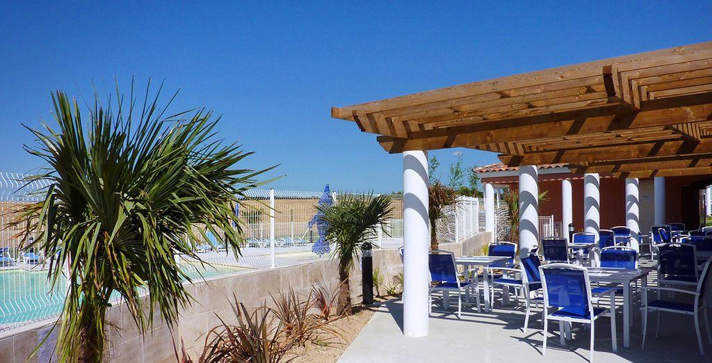 Le bar de la résidence vous ouvrira ses portes, au bord de la piscine