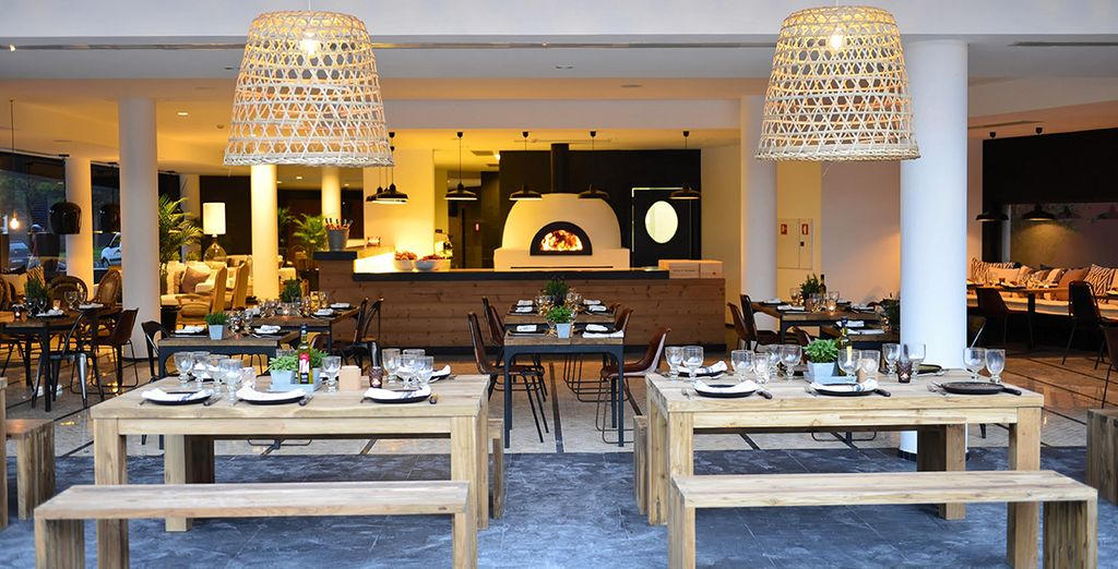Puis rejoignez le cadre design et convivial du restaurant