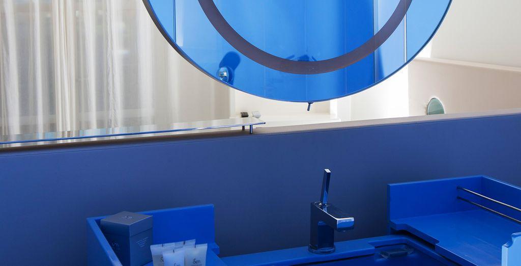 Découvrez un mobilier conçu sur-mesure, relevé par le bleu de votre salle de bain...