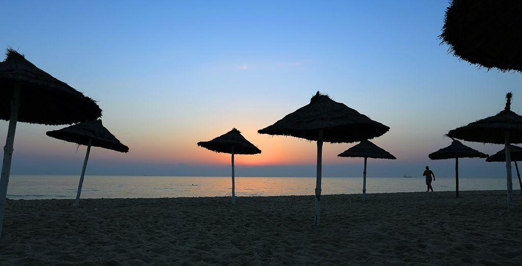 Plage de sable fin et couché de soleil à Monastir, en Tunisie