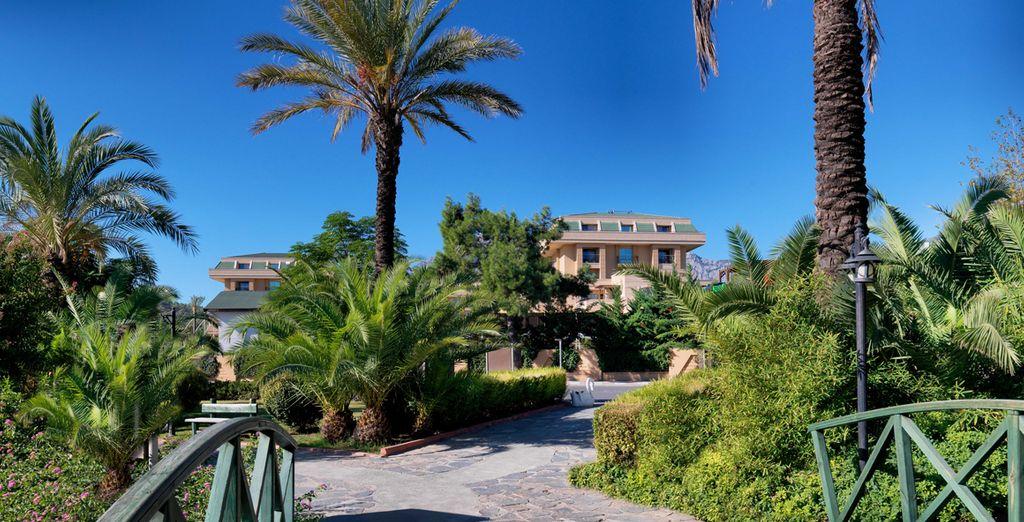 Entouré de 8 000 m² de beaux jardins