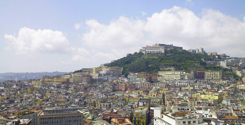 Surplombant Naples et son centre historique...