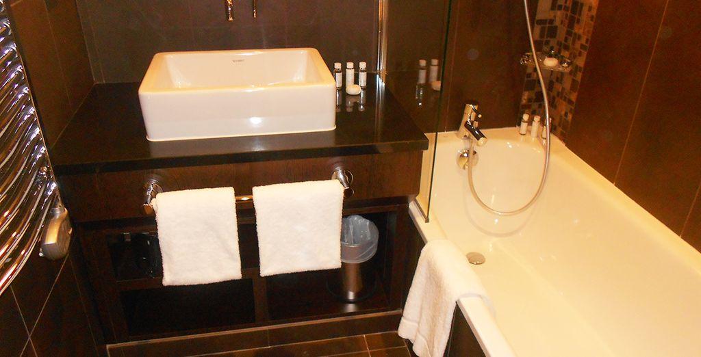 Équipée d'une salle de bain aux tons luxueux