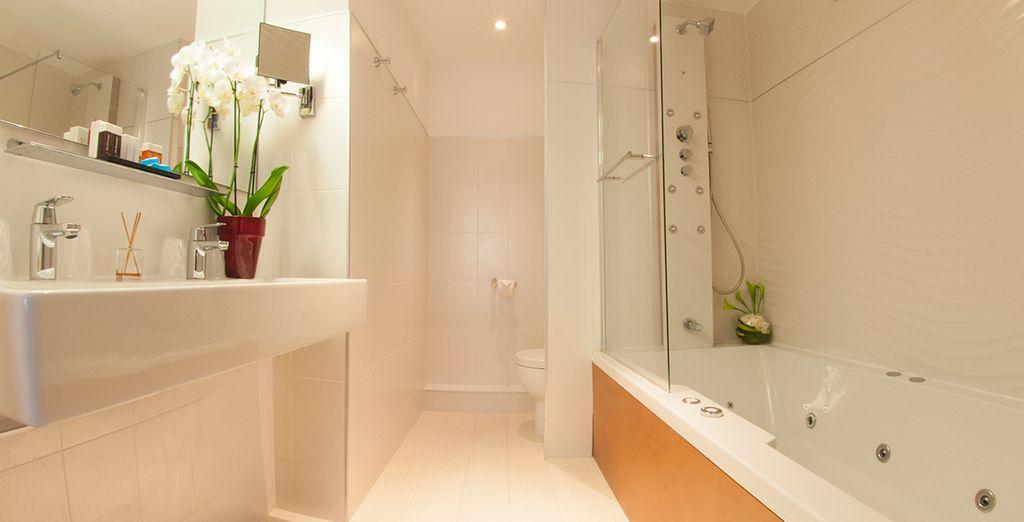Avec une salle de bain lumineuse et épurée...