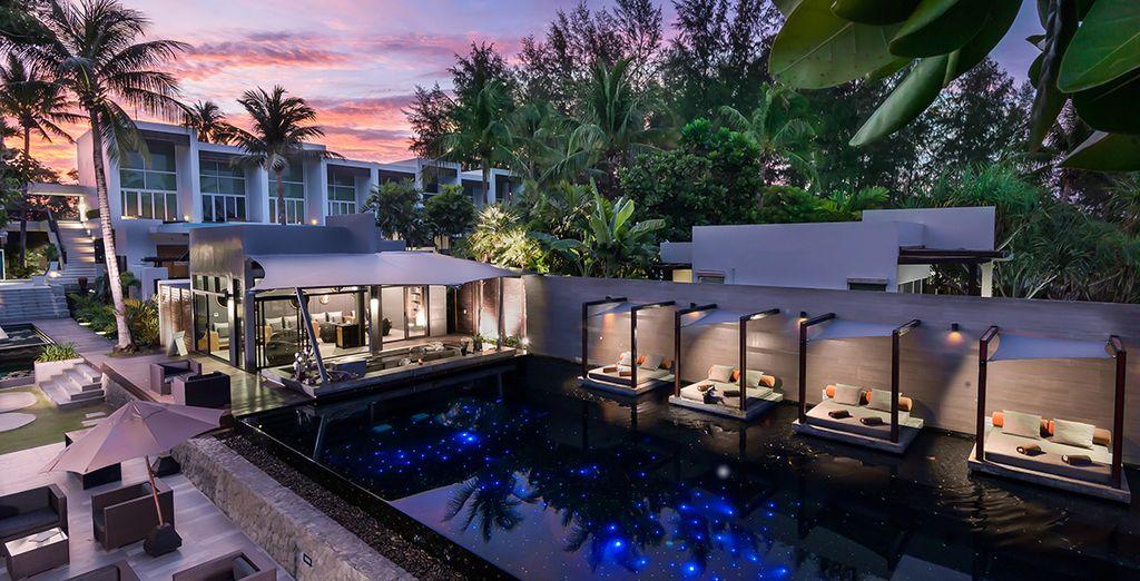Nagez dans la piscine au coucher du soleil