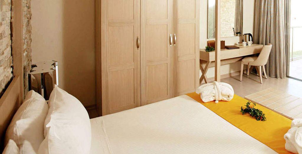 Installez-vous en chambre Standard Vue Jardin, Vue Piscine ou Vue Mer Partielle...