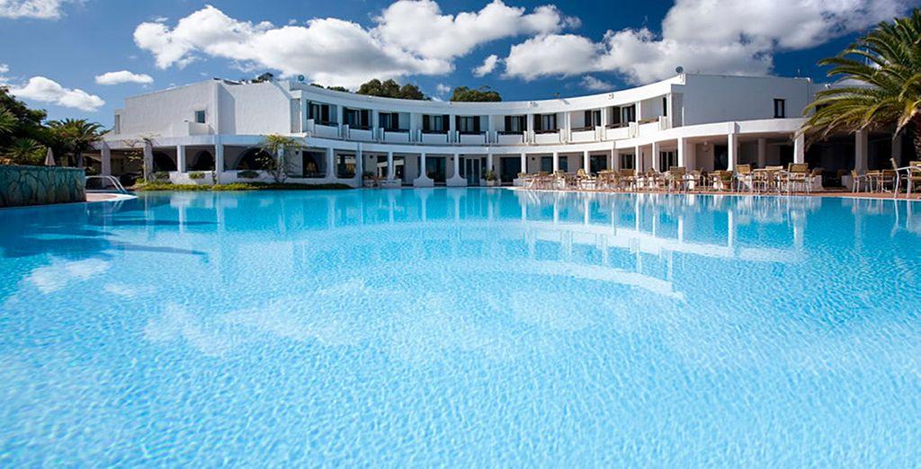 Relaxez-vous dans l'immense piscine...