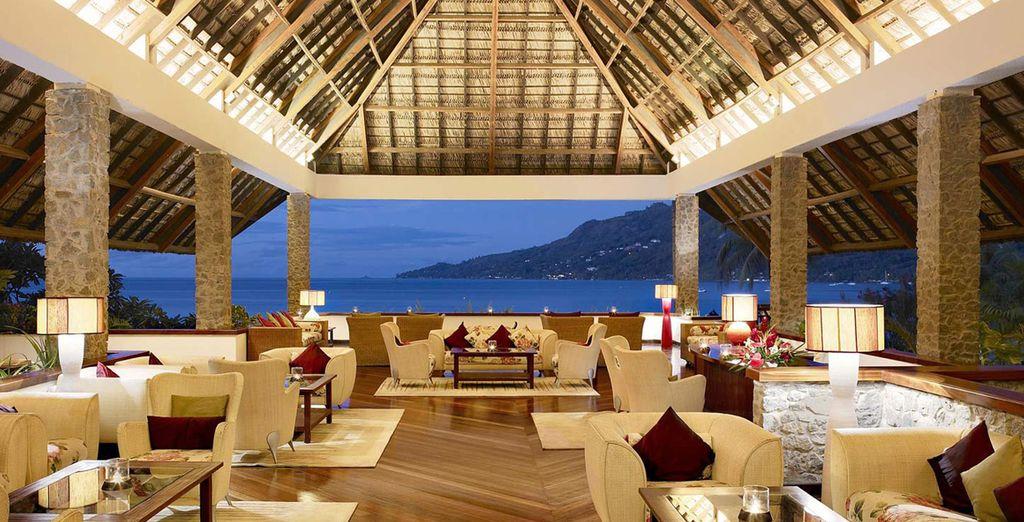 L'hôtel s'ouvre sur un superbe lobby - Hôtel Méridien Fisherman's Cove 5* Mahe Island