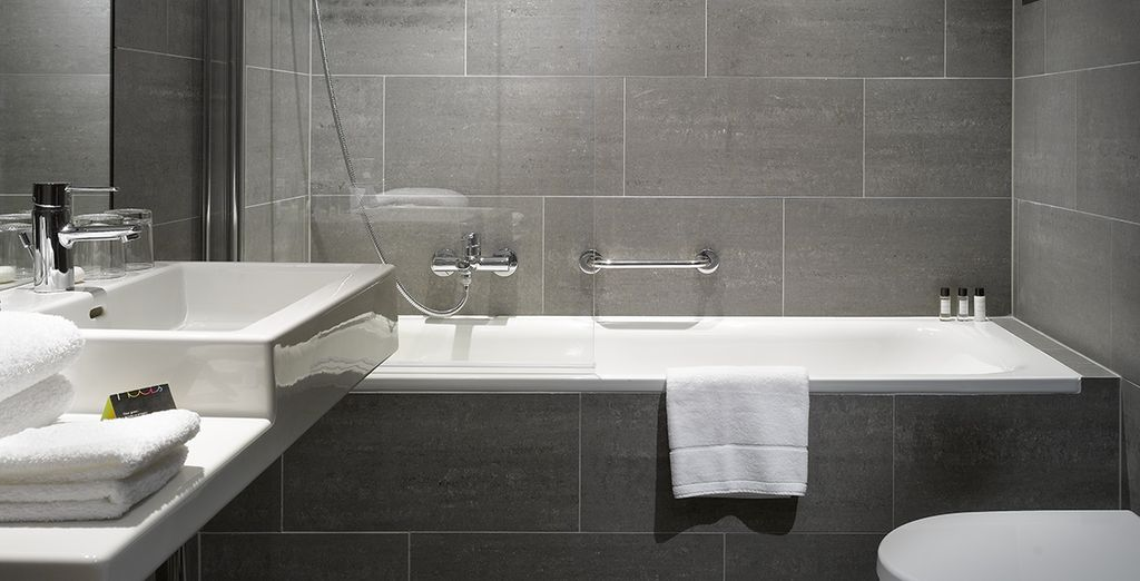 Délassez-vous dans sa salle de bains stylisée au look épuré