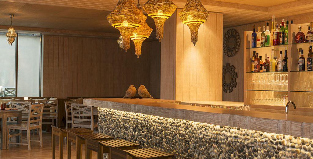 Dégustez un cocktail ou un thé typique au bar de l'hôtel