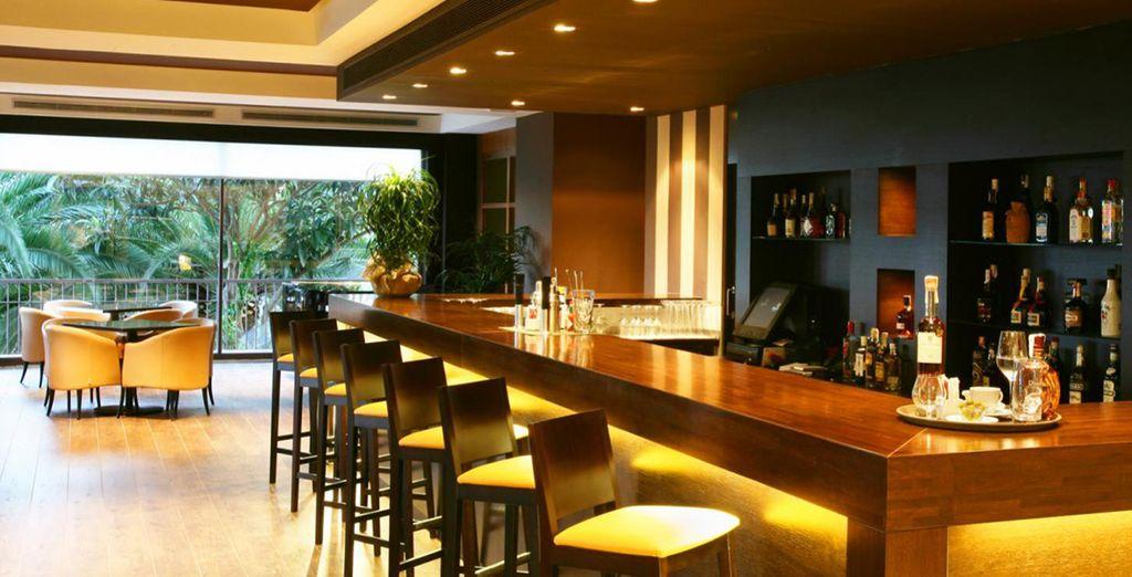 Sirotez un cocktail au bar