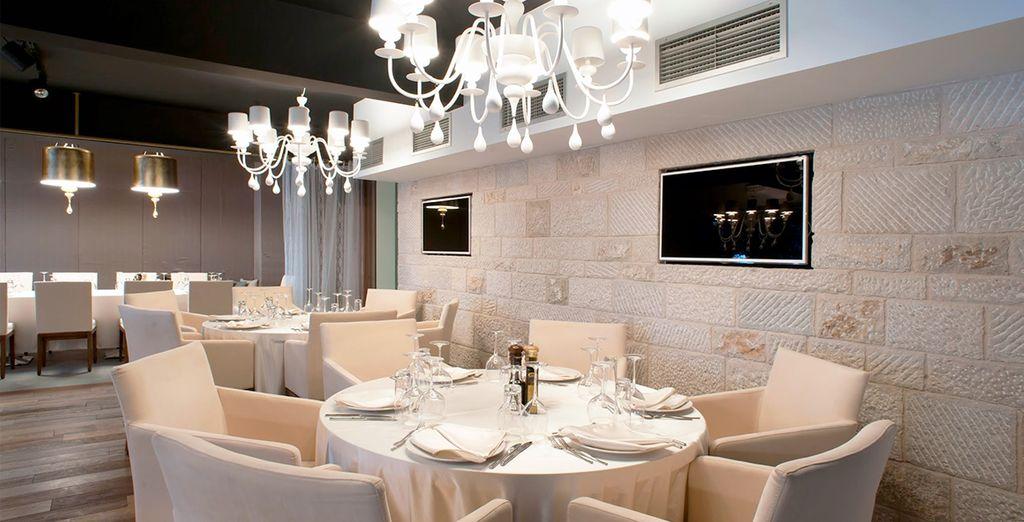 Profitez de l'agréable décor du restaurant et bar à vin de l'hôtel...