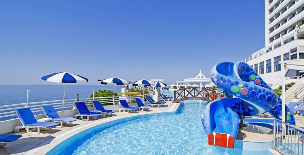 Vous aimerez la grande piscine extérieure équipée de tobbogans