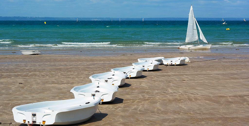 N'hésitez pas à vous rendre sur les plages à proximité et à vous initier à la voile