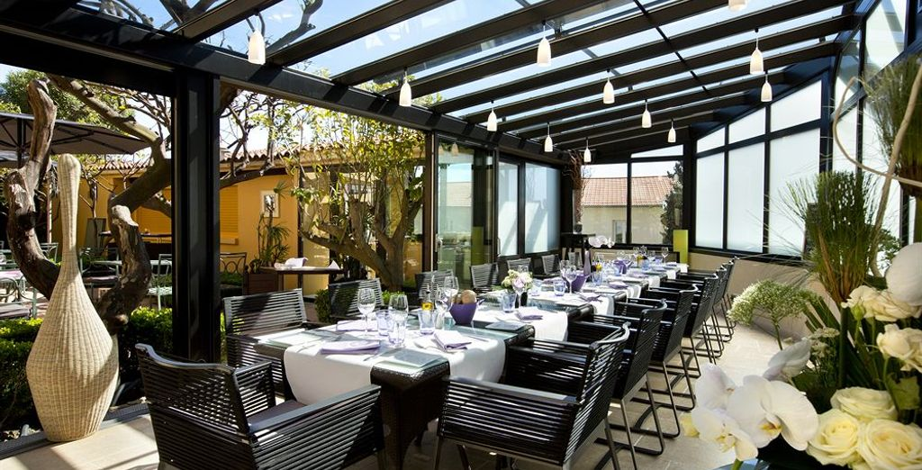 Puis installez-vous dans le ravissant restaurant Le Patio pour découvrir les saveurs du sud