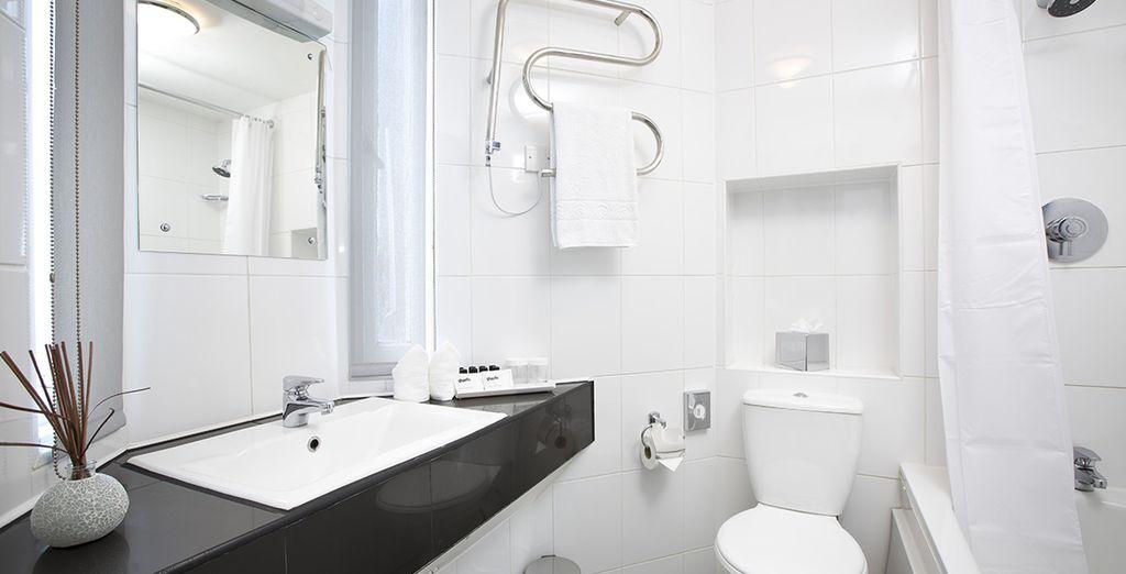Et sa salle de bain sobre et épurée