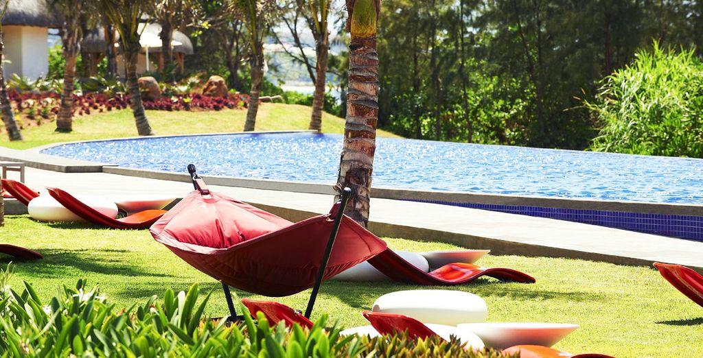 Barbotez dans la piscine nichée dans le jardin tropical