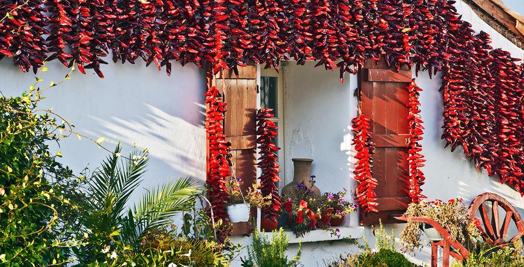 Et découvrez ses traditionnelles maison blanches décorées de piments d'Espelette