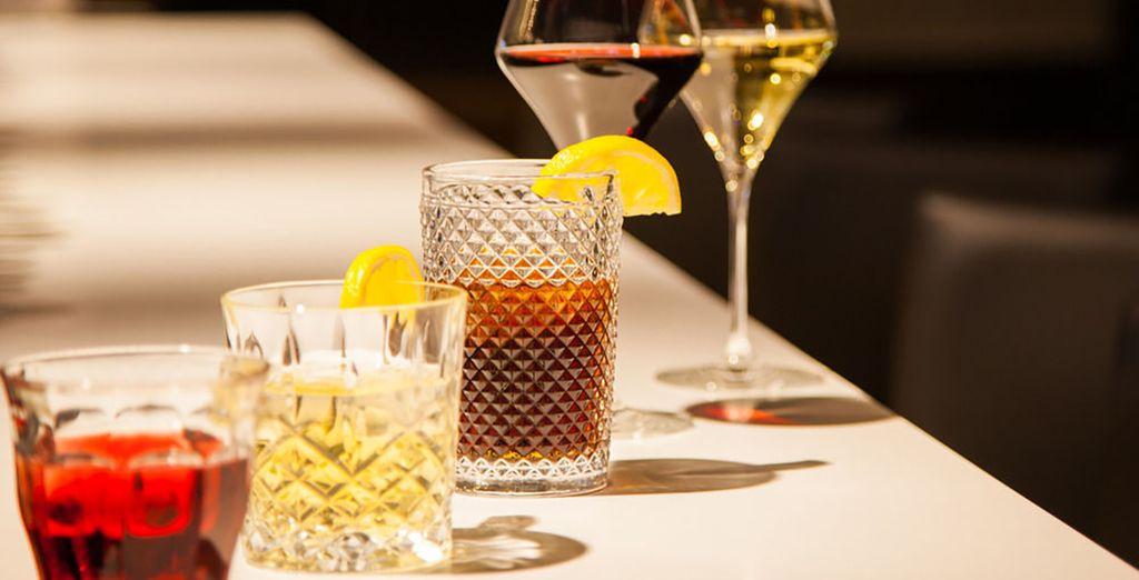 Sirotez vos cocktails préférés au bar...