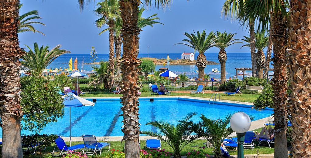 Installez-vous au Sirens Beach Hotel & Village 4*