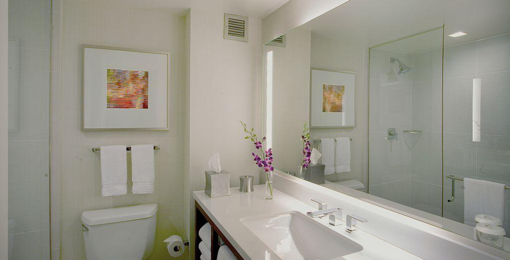 Avec salle de bains élégante et design