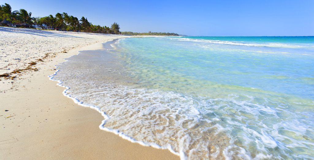 Photographie de l'une des belles plages du Kenya, sable fin et eaux turquoise