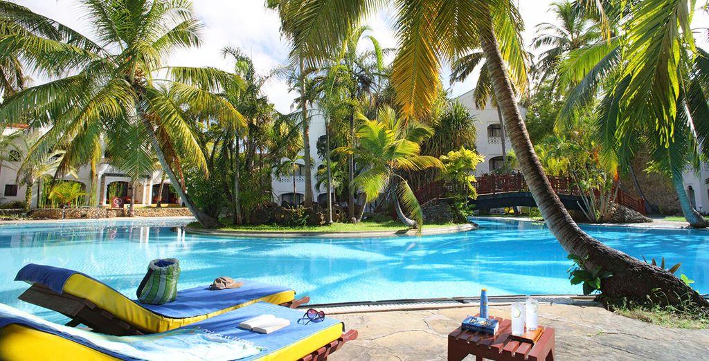 Hôtel de luxe 4 étoiles au Kenya donnant directement vue sur l'océan Indien, avec piscine et espace détente