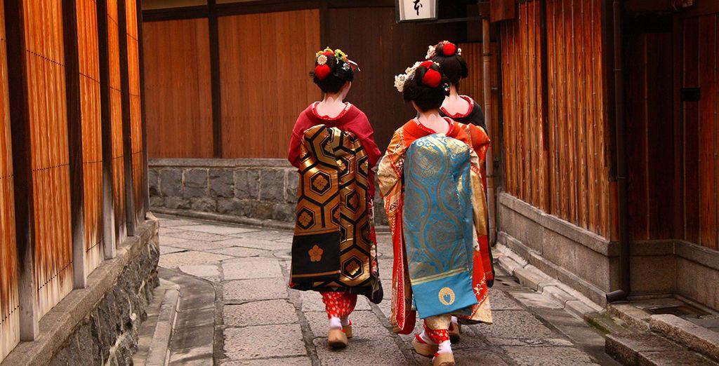 Une escapade au Japon à la découverte d'une culture unique, japonaise habillée en geisha