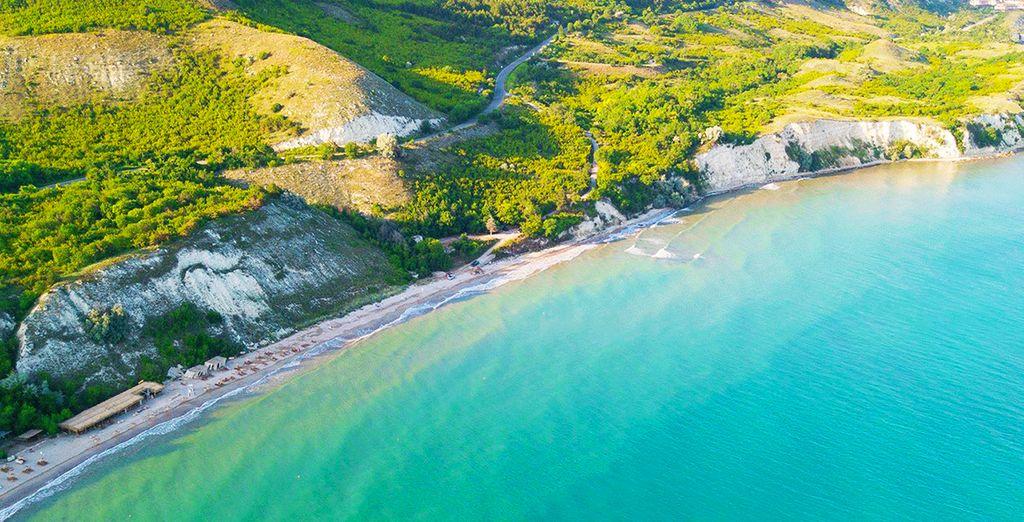 Photographie des côtes de la Mer Noire, côtes rocheuses, forêts et eaux turquoise