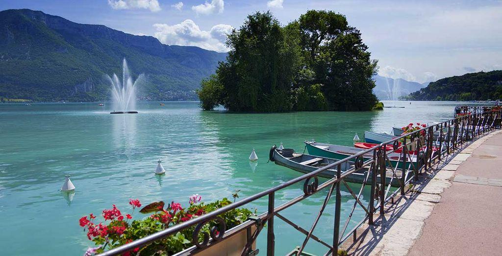 Photographie du lac d'Annecy ainsi que de ses montagnes verdoyantes
