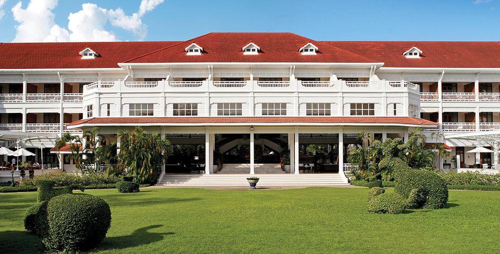 Quelques heures plus tard, vous voilà à Hua Hin, logé dans ce splendide hôtel au style colonial : Le Centara Grand Beach Resort & Villas