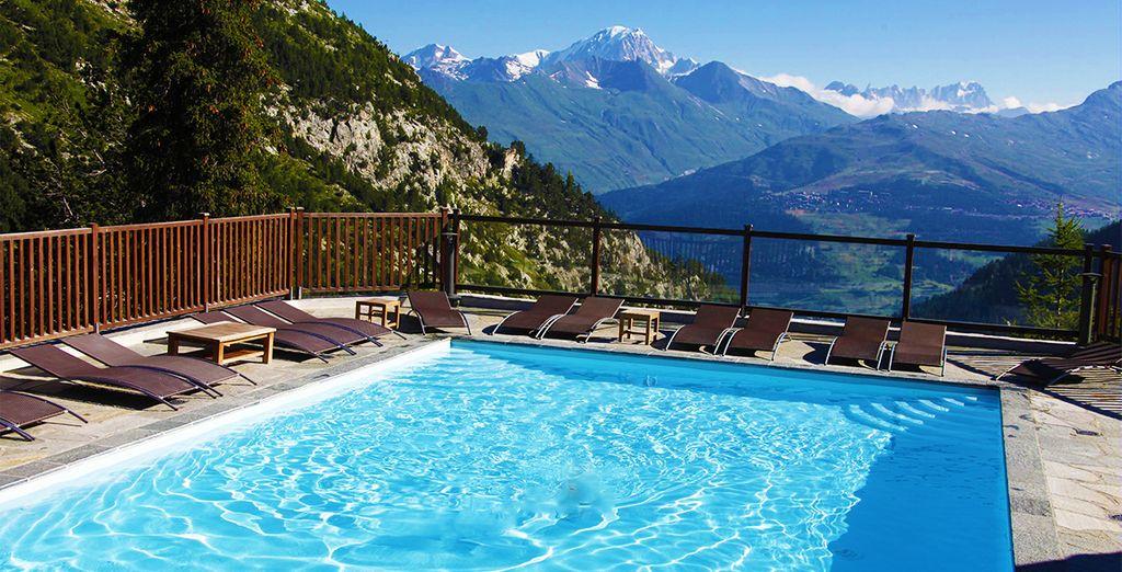 Ou dans la piscine extérieure avec un panorama somptueux...