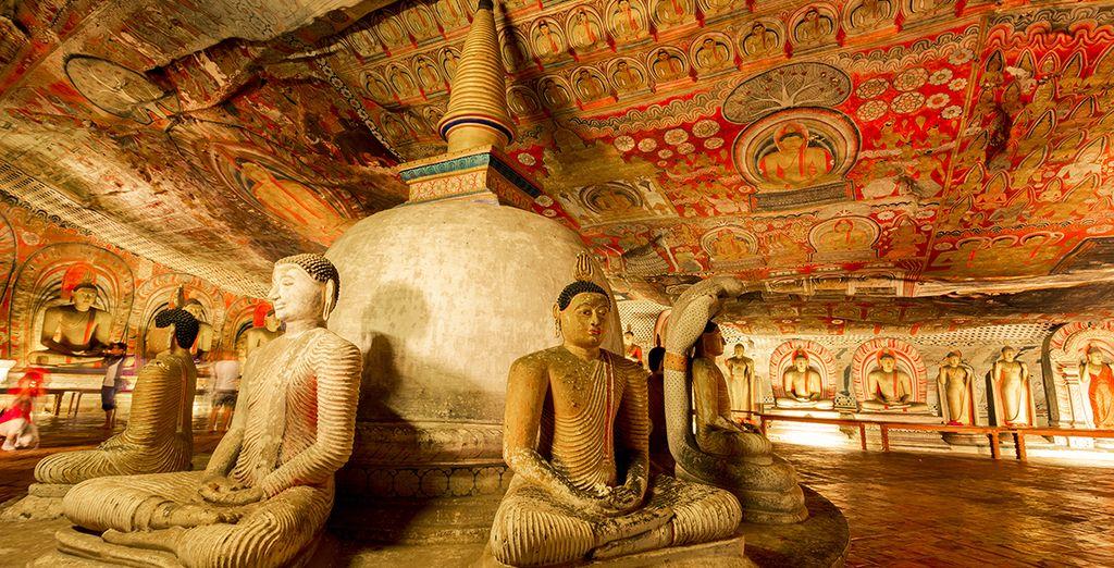 L'intérieur du temple de la dent de Bouddha au Sri Lanka