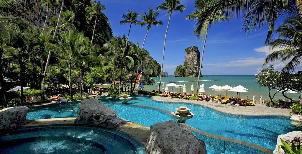 Ou en faisant quelques longueurs dans l'impressionante piscine de l'hôtel...