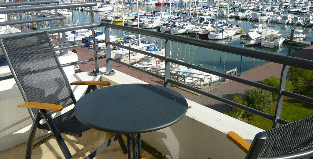 Une terrasse avec vue sur le port