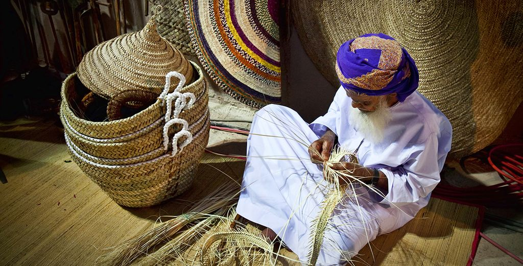 Puis vous vous imprégnerez de la culture locale à Nizwa en parcourant son souk traditionnel