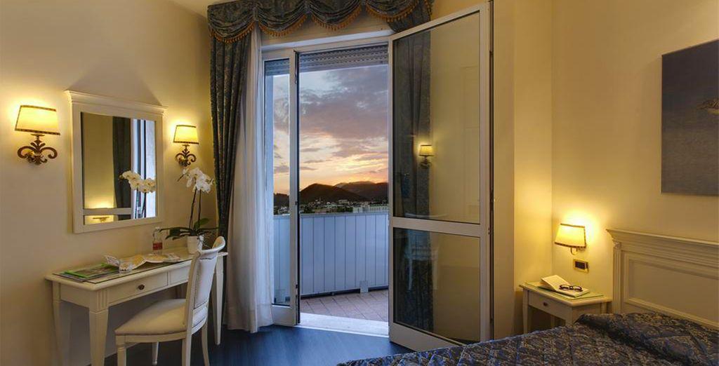 et apprécierez son balcon offrant une vue superbe sur la ville et les collines.